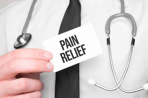 Lekarz posiadający kartę z tekstem ulga w bólu, koncepcja medyczna