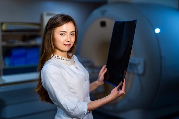 Lekarz posiadający obraz przepływu pracy mri mózgu w szpitalu diagnostycznym. koncepcja opieki zdrowotnej, rentgen, ludzie i medycyna.