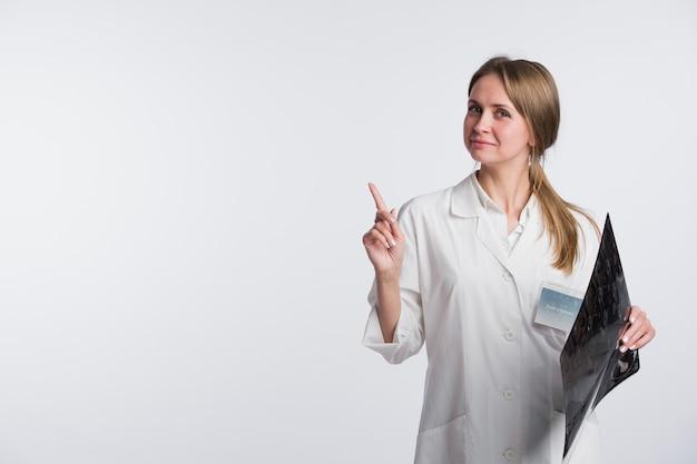 Lekarz posiadający prześwietlenie i wskazując na białym tle