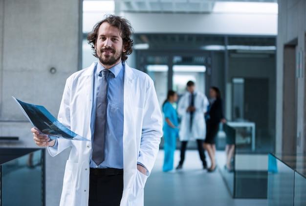 Lekarz posiadający raport rentgenowski