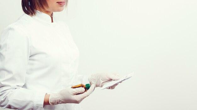 Lekarz posiadający receptę na lek. koncepcja medycyny personel opieki zdrowotnej. makieta miejsca na kopię. farmaceuta ma w ofercie butelkę z analogami nowości farmaceutycznych.