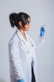 Lekarz posiadający szczepionkę