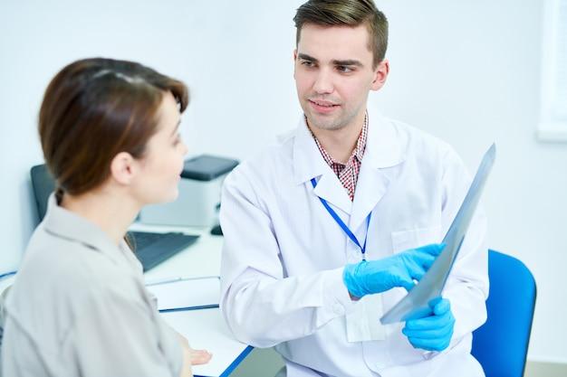 Lekarz posiadający zdjęcie rentgenowskie