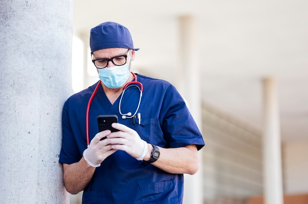Lekarz poza szpitalem za pomocą smartfona