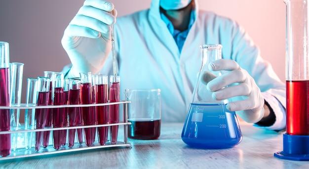 Lekarz pracujący w laboratorium