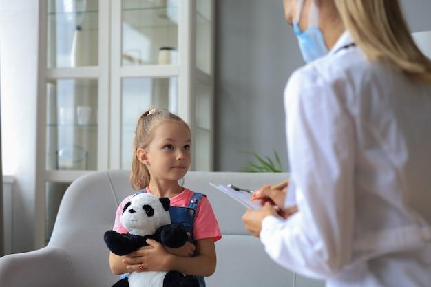 Lekarz pracujący z małym pacjentem w szpitalu.