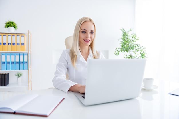 Lekarz pracuje na laptopie w swoim biurze