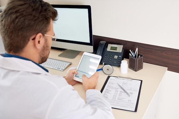 Lekarz pracuje przy biurku