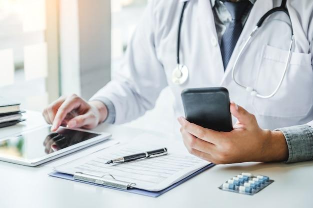 Lekarz pracuje w biurze szpitala i myśli o problemie chorobowym pacjenta