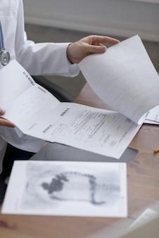 Lekarz pracuje z wynikami testu