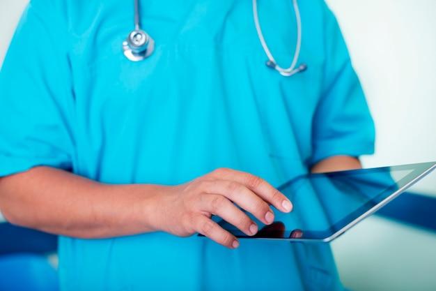 Lekarz pracuje za pomocą cyfrowego tabletu