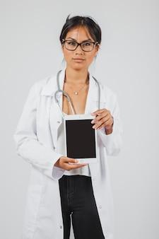 Lekarz prezentujący tabletki