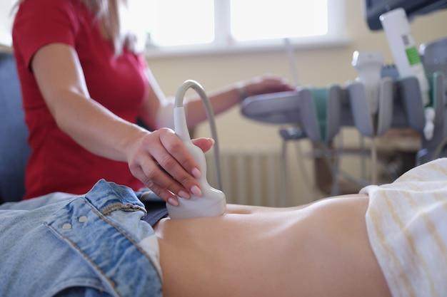 Lekarz prowadzący badanie ultrasonograficzne narządów miednicy pacjentowi w zbliżeniu kliniki