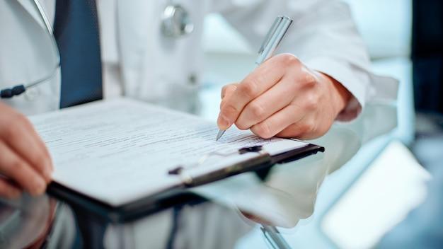 Lekarz prowadzący dokonuje wpisów w formularzu rejestracyjnym pacjenta