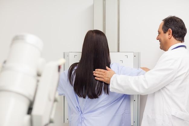 Lekarz prowadzący mammografię u pacjenta