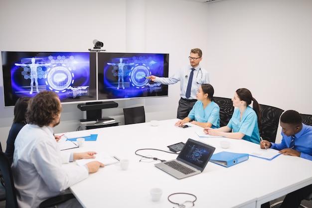 Lekarz prowadzący prezentację dla zespołu lekarzy tymczasowych