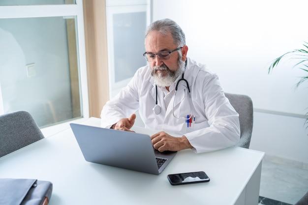 Lekarz prowadzący wideokonferencję z koncepcją pracy telematycznej lub online pacjenta