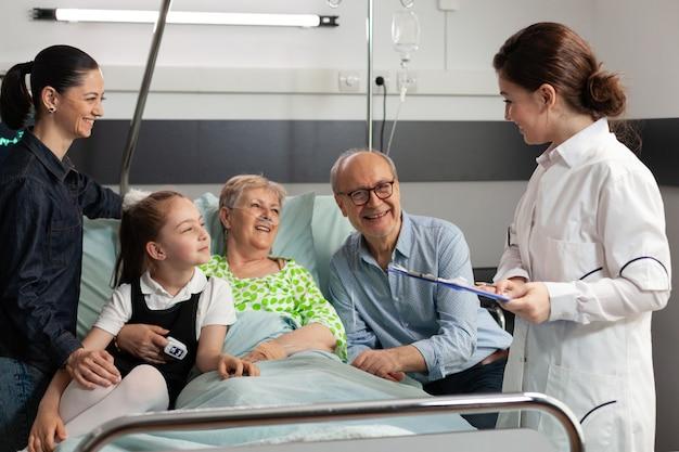 Lekarz prowadzący wyjaśniający diagnozę choroby starszej kobiecie