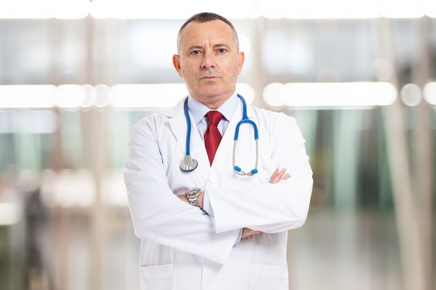 Lekarz przed jasną ścianą