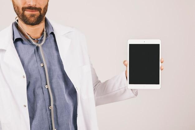 Lekarz przedstawiający informacje na ekranie ipada