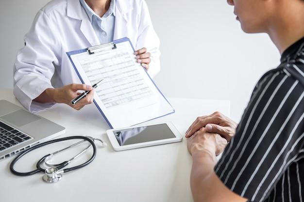 Lekarz przedstawiający raport z diagnozy, objaw choroby i zalecający metodę leczenia pacjenta, po wynikach dotyczących choroby u pacjenta