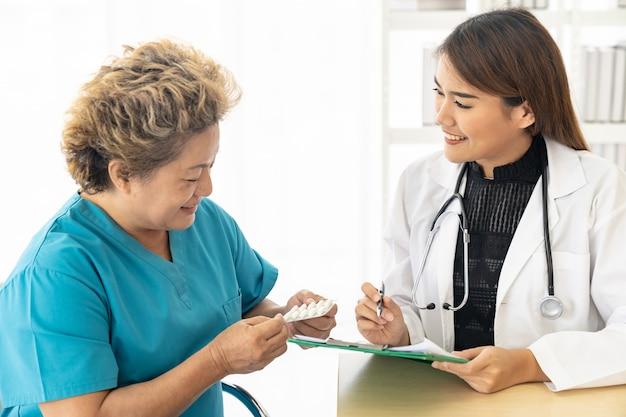Lekarz przepisuje pacjentowi pigułki
