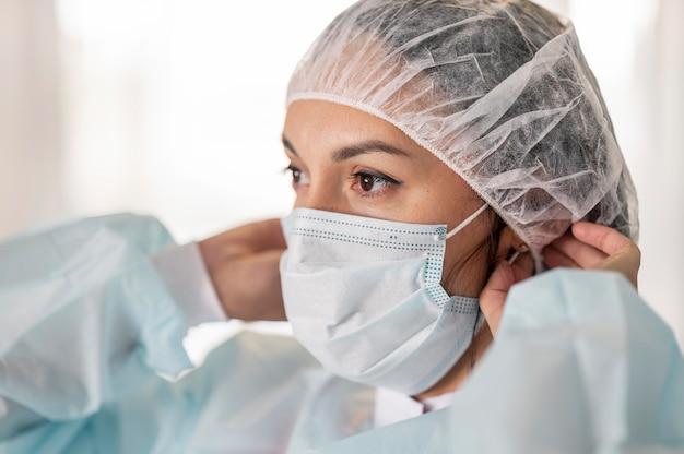 Lekarz przygotowuje mundur medyczny w szpitalu