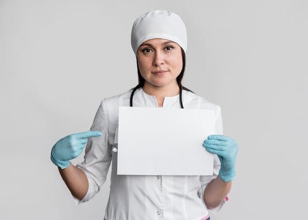 Lekarz przygotowuje się do rozpoczęcia pracy