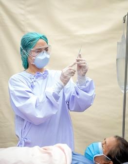 Lekarz przygotowuje zastrzyki dla starszych pacjentów