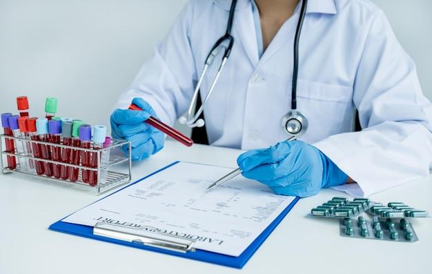 Lekarz rejestruje badanie krwi i stosowanie leków z koncepcji badania lekarskiego pacjenta