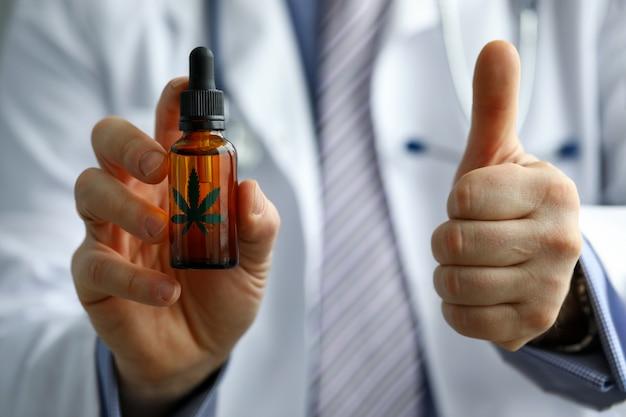 Lekarz reklamuje i zatwierdza olej leczniczy z konopi