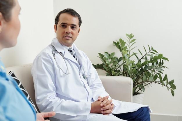 Lekarz rodzinny rozmawia z kolegą