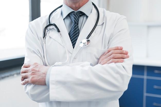 Lekarz rodzinny w gabinecie lekarskim