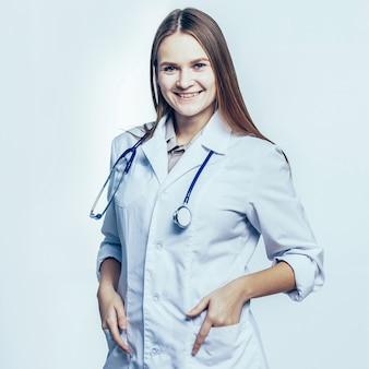 Lekarz rodzinny ze stetoskopem na białym tle