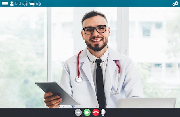Lekarz rozmawia przez rozmowę wideo w sprawie usług telemedycznych i telezdrowia