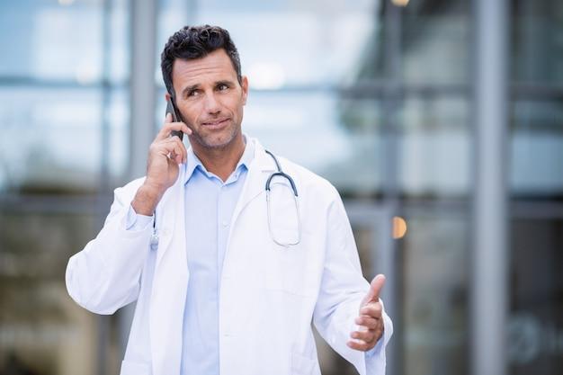 Lekarz rozmawia przez telefon komórkowy