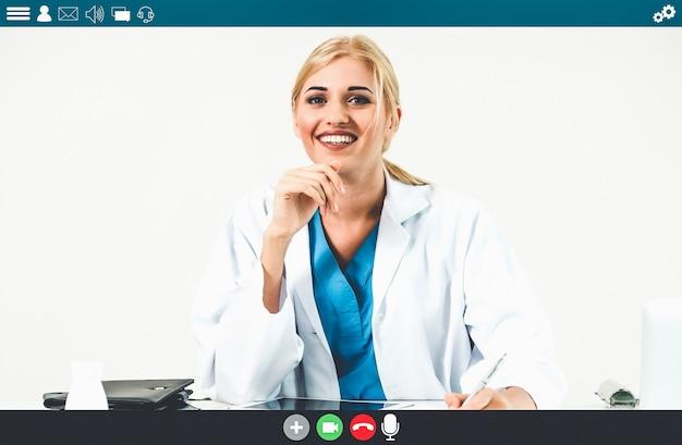 Lekarz rozmawia przez wideorozmowę dla usług telemedycyny i telezdrowia