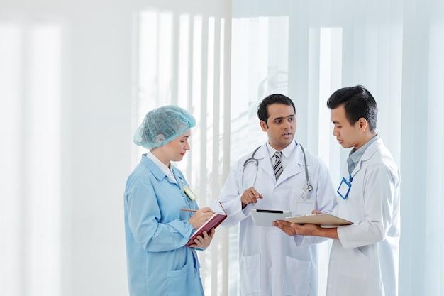 Lekarz rozmawia z kolegami