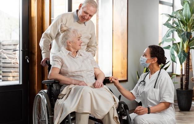 Lekarz rozmawia ze swoim starszym pacjentem