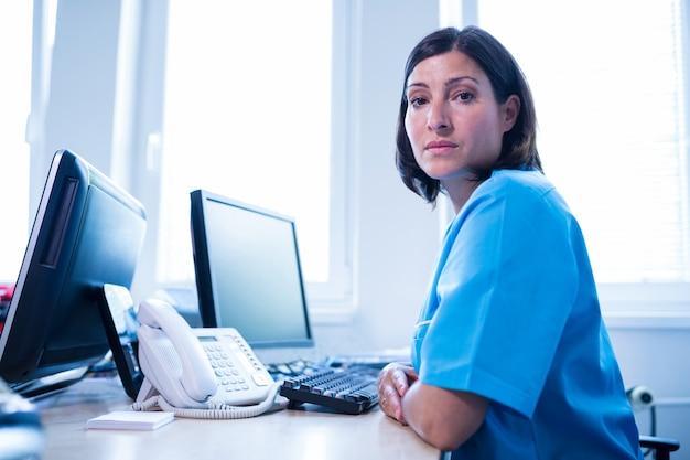 Lekarz siedzi w gabinecie lekarskim w szpitalu