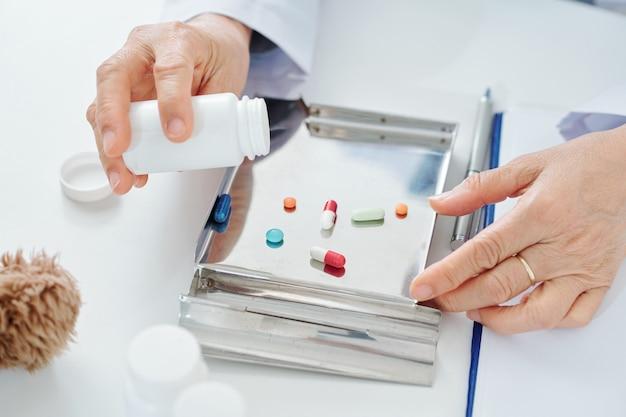Lekarz sortuje leki