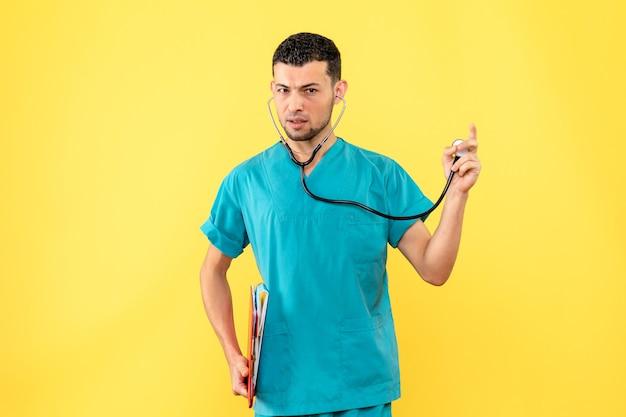 Lekarz specjalizujący się w widoku z boku myśli o pacjentach z problemami z ciśnieniem krwi