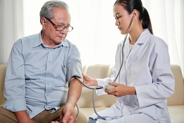 Lekarz sprawdza ciśnienie krwi pacjenta