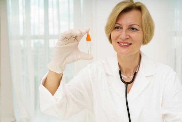 Lekarz sprawdza covid za pomocą testera