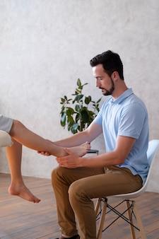 Lekarz sprawdza nogę z bliska