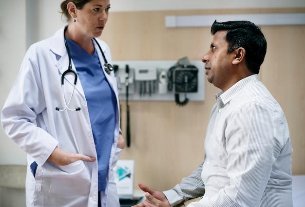Lekarz sprawdza objawy pacjenta