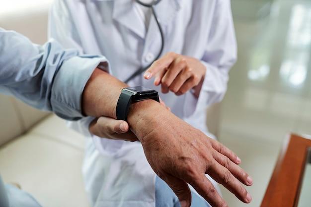 Lekarz sprawdza puls pacjenta