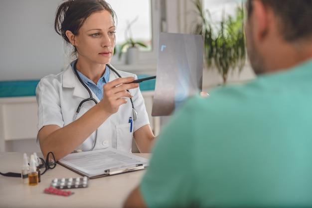 Lekarz sprawdza rentgen stawu skokowego