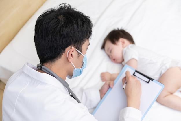 Lekarz sprawdza stan dziecka
