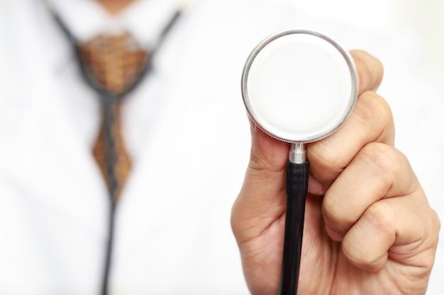 Lekarz sprawdza tętno. z pacjentami w szpitalu
